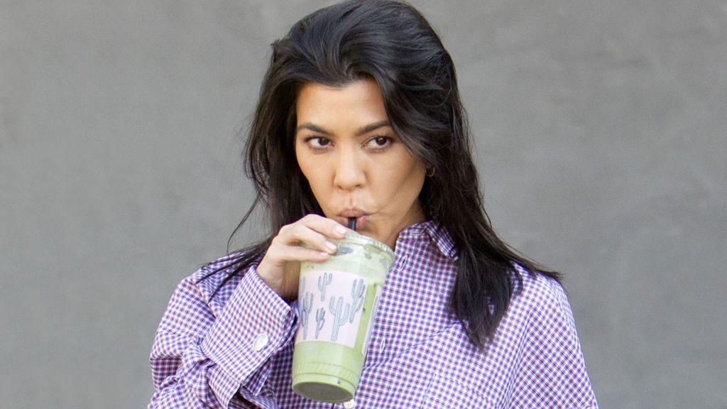 mujer tomando colageno en polvo